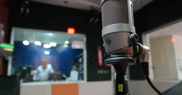 micrófono en estudio de radio